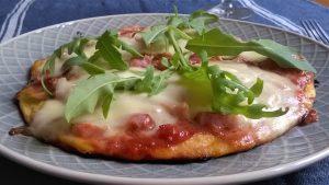 Pizza sin gluten hecha en sartén con harina de garbanzo