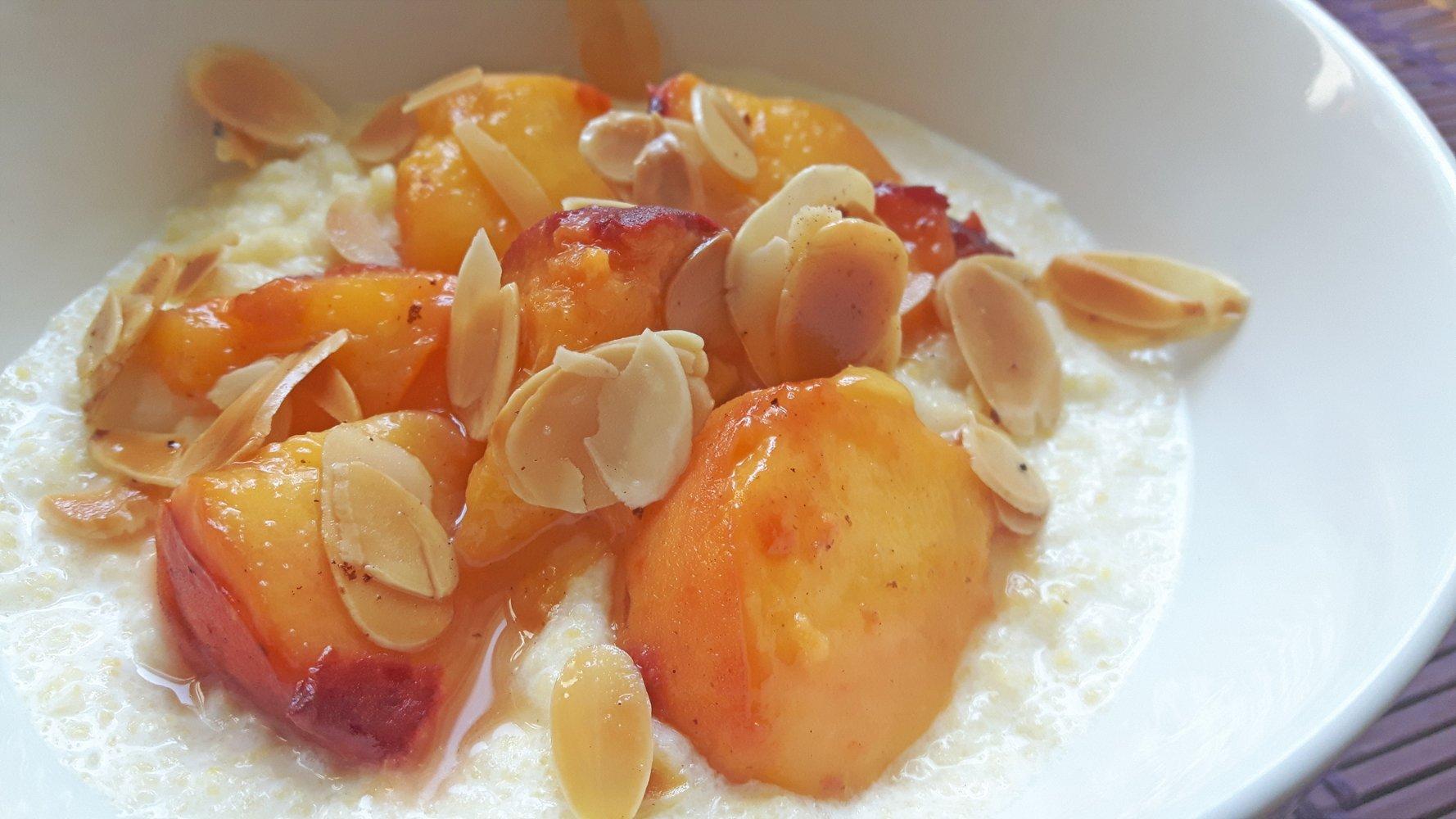 Polenta dulce con melocotón y almendras