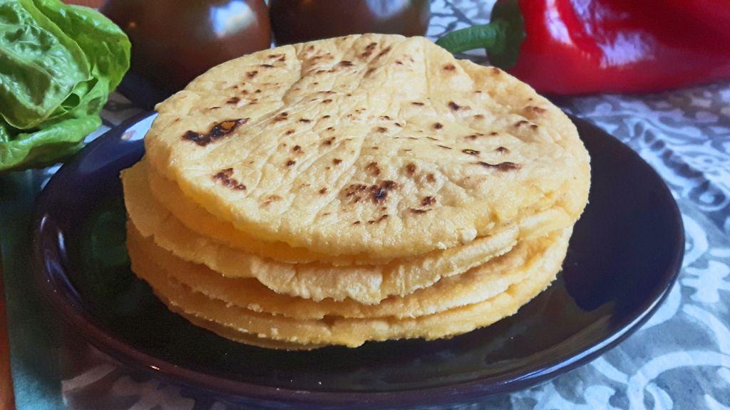 Tortillas con harina de maíz cruda