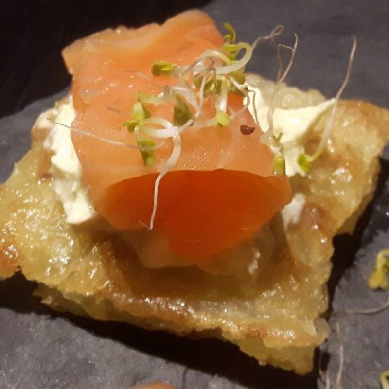 Crujiente de yuca con salmón y queso